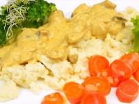 Gulasz z kurczaka w sosie śmietanowym z kluseczkami